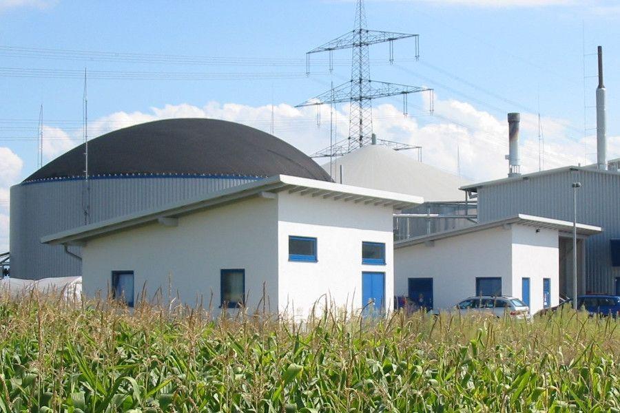 Biogasanlage von badenova mit Strommasten