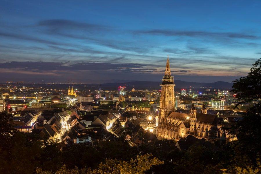 Freiburg beleuchtet bei Nacht
