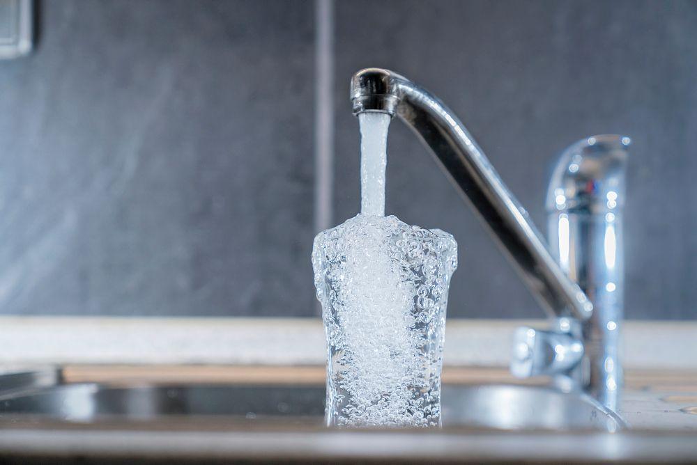 Trinkwasser aus dem Wasserhahn stellt keine Corona-Übertragung dar