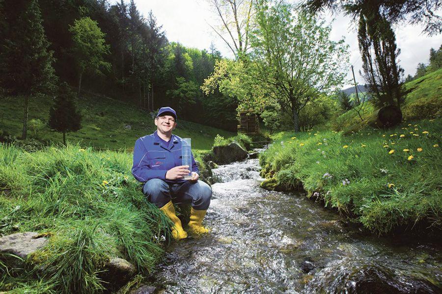 Unser bnNETZE Wassermeister Markus Gremmelspacher entnimmt eine Wasserprobe in einem Bach in Freiburg-Kappel.