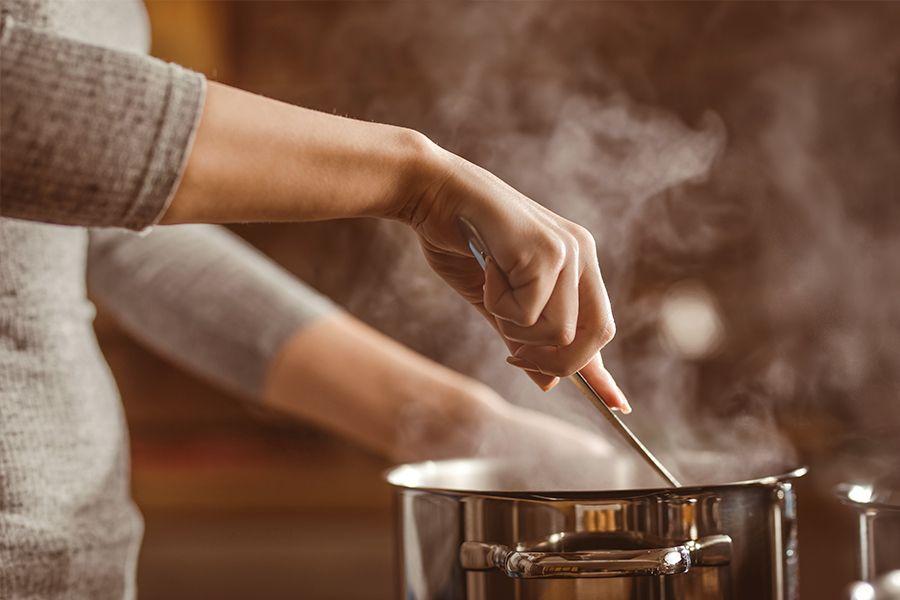 Frau beim Kochen.