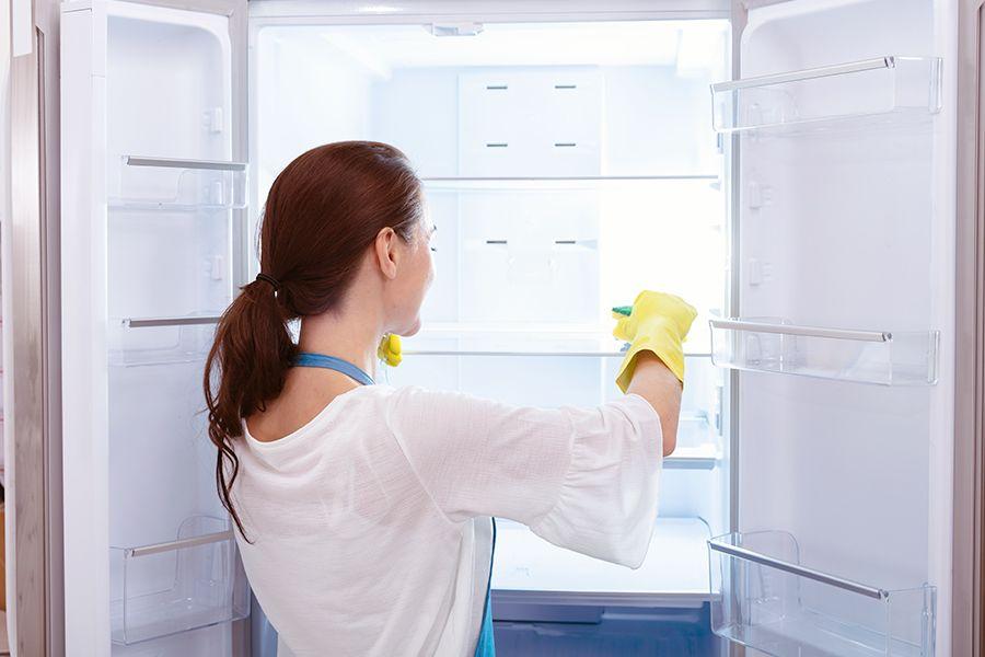 Kühlschrank enteisen und ausputzen.