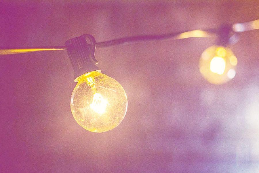 Stromversorgung mit Lichtern.