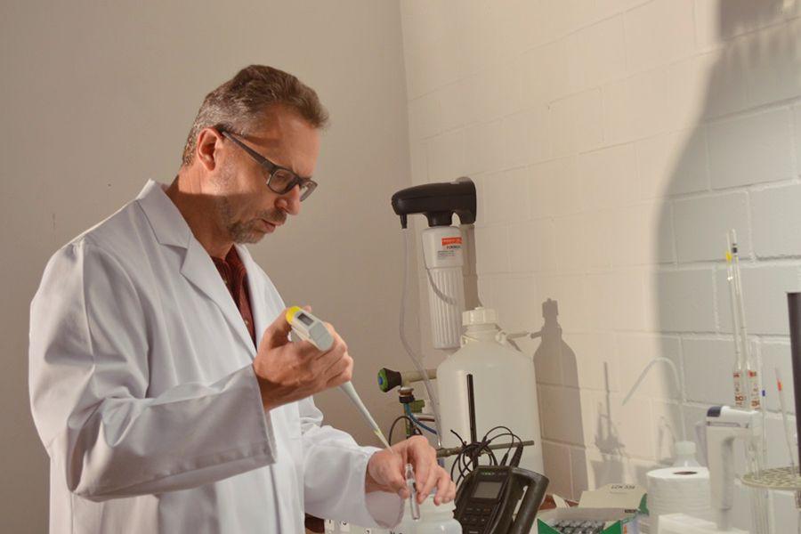 Prüfung einer von badenova eingesandten Trinkwasserprobe in einem unabhängigen Labor