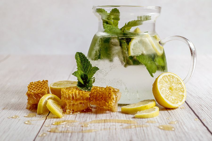 Zitronenwasser erfrischt und macht Leitungswasser schmackhaft.