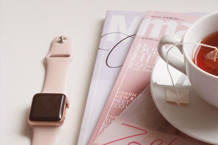 Zeitschriften und Tee.