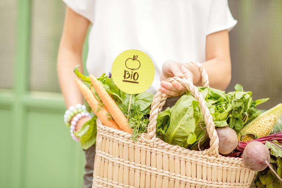 Gemüsekorb mit Bio-Lebensmitteln.