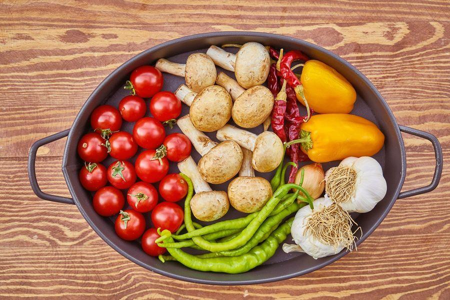 Gemüsepfanne mit Tomaten, Pilzen, Paprikaschoten, Knoblauch, Zwiebeln und Chili.
