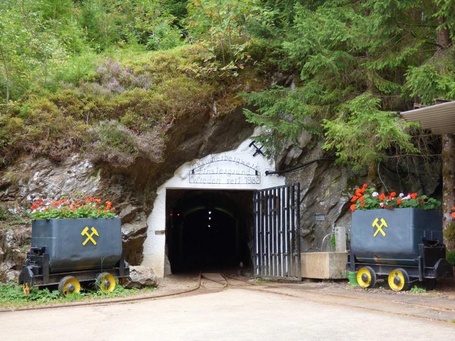 Eingang zum Besucherbergwerk Finstergrund in Wieden