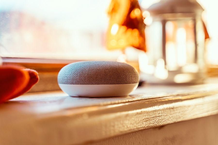 Der Lautsprecher Google Home wird mit dem Sprachassistenten Google Assistant bedient.