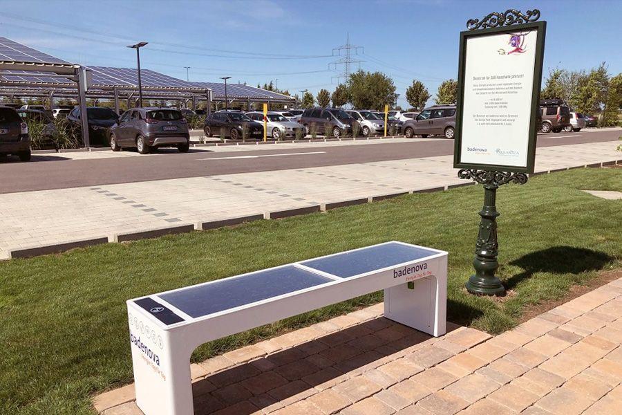 Die badenova Solarbank auf dem Parkplatz der Wassererlebniswelt Rulantica.
