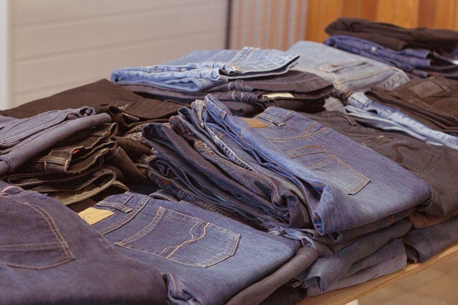 Gebrauchte Jeans Hosen in einem Second Hand-Laden.