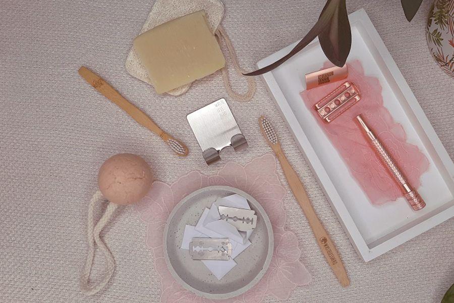 Zero Waste Utensilien im Badezimmer wie Bambuszahnbürste, Rasierer und feste Seife.