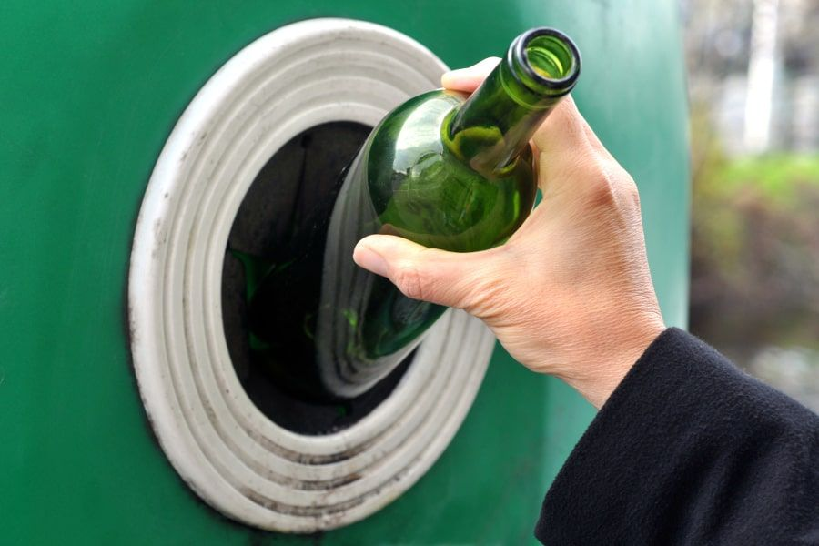 Altglas sollte sortenrein nach Grün-, Braun- und Weißglas getrennt werden.