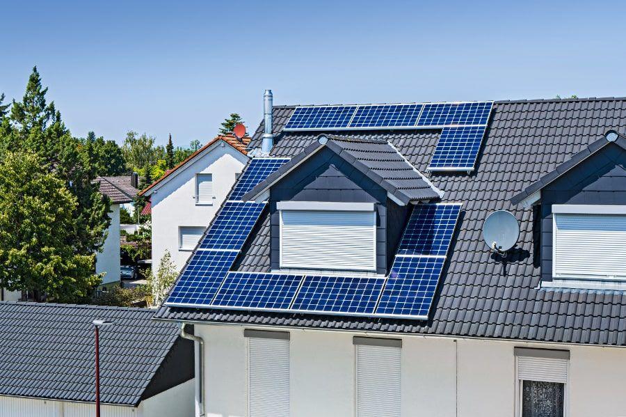 Eine Photovoltaik-Anlage auf dem Hausdach steigert die Energieeffizienz.