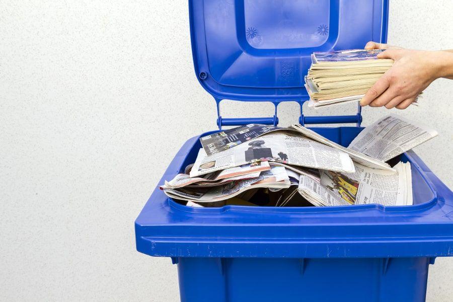 Alte Zeitungen, Papier oder Pappe gehören in die Altpapiertonne.