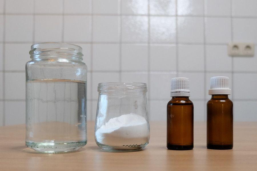 Für selbstgemachtes Deo brauchst Du Stärke, Natron, Öl, Wachs und ätherische Öle.