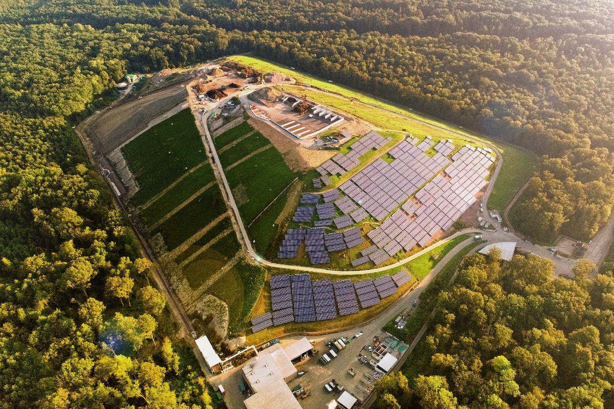 Freiland-Solarkraftwerk auf der ehemaligen Mülldeponie Eichelbuck bei Freiburg i. Br.