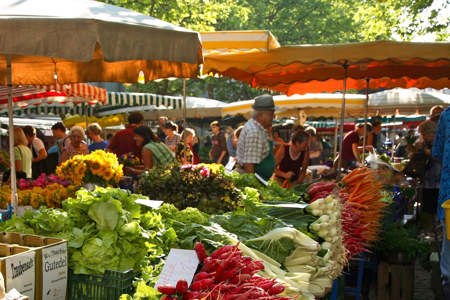 Wochenmarkt mit regionalen Produkten.