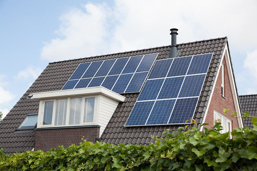Dach mit Photovoltaik © Shutterstock: esbobeldijk