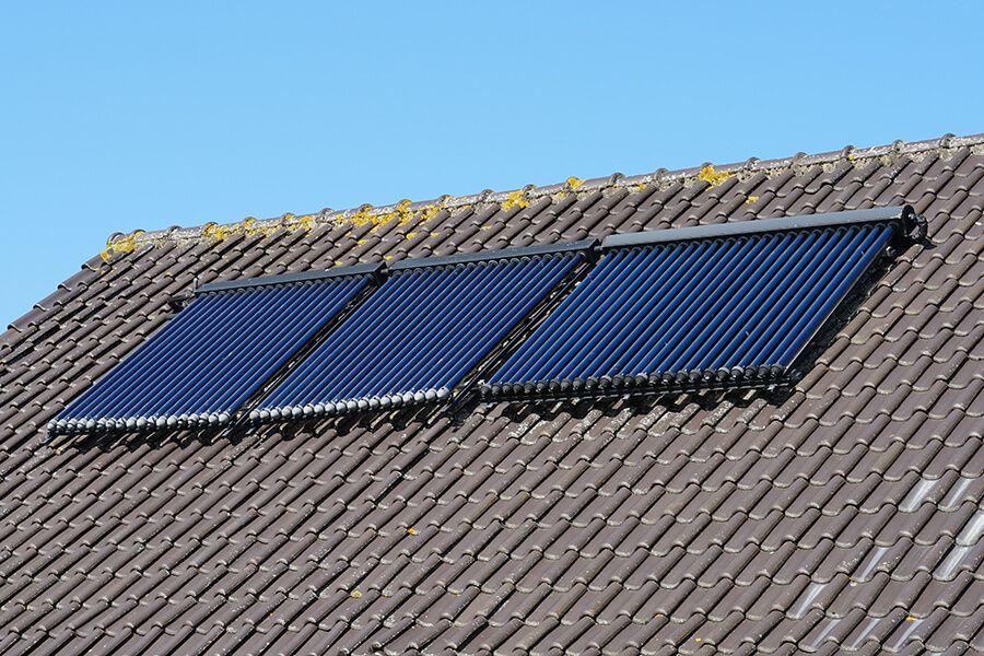 Solarthermie Anlage auf dem Dach © Shutterstock: Dafinchi