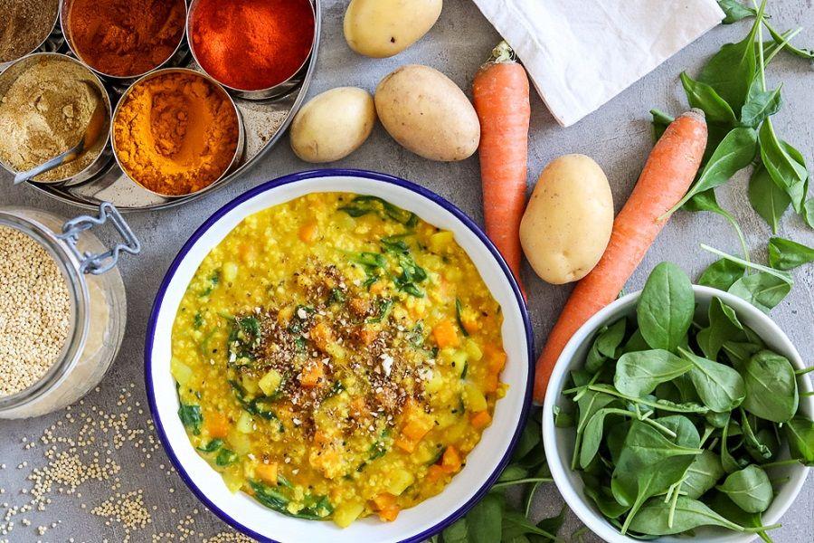Ayurvedisches Gericht aus Reis, Linsen und Gemüse: Kitchari.